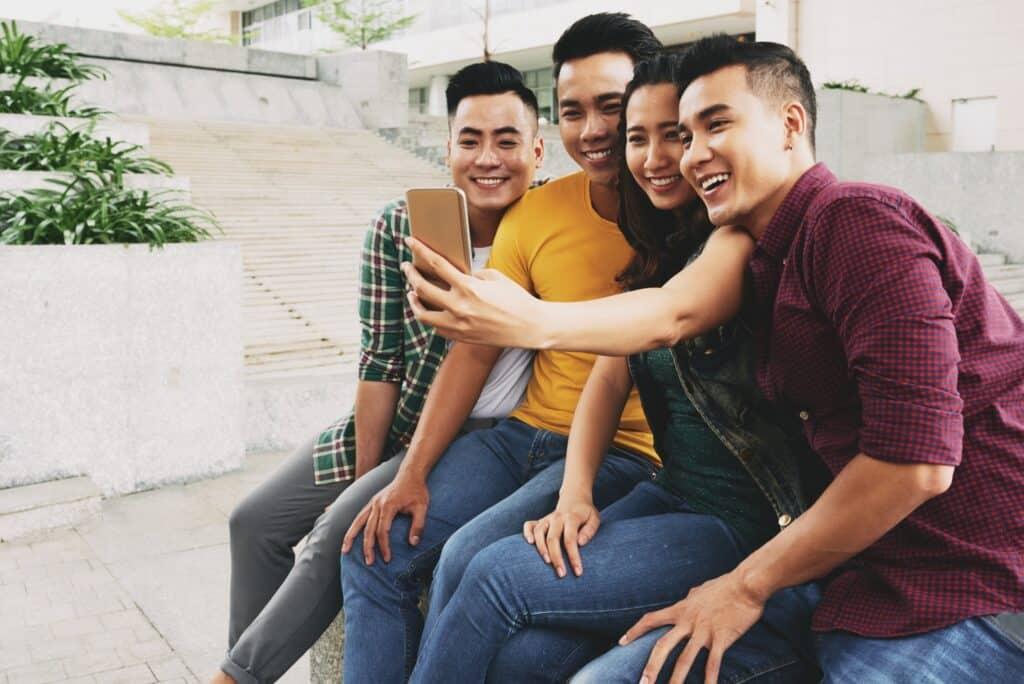 Selfie time - Sharing posts at randoms times
